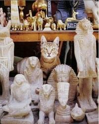 кот среди статуэток.